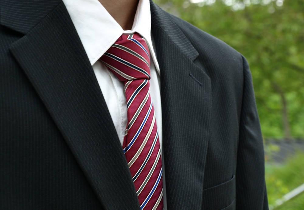 a17df970a8831 Jak wiązać krawat? Prosty sposób na wiązanie krawata krok po kroku ...